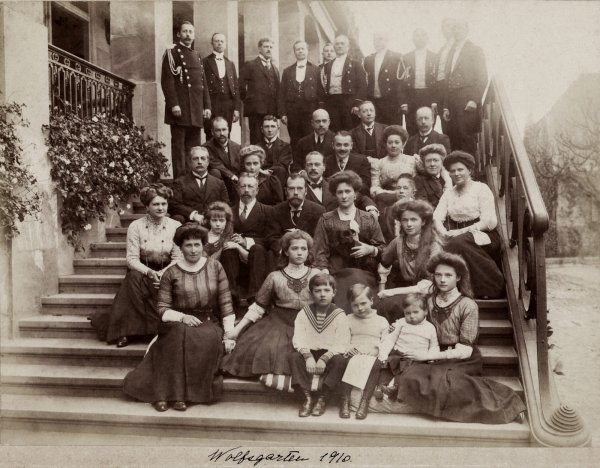 family-of-emperor-nicholas-ii-visiting-his-hessian-relatives-on-the-steps-of-da52c3-1600.jpg